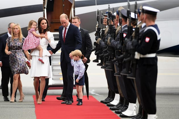 George e Charlotte sbarcano in Polonia con mamma Kate e papà William