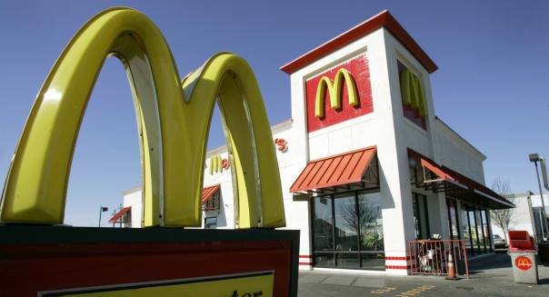 ** FILE ** In this Jan. 26, 2009 file photo, a McDonald's restaurant in El Cerrito, Calif. is seen.  Cash-strapped consumers kept buying McDonald's burgers and breakfast items in January, helping the fast food company post a 7.1 percent worldwide increase Monday in same-store sales for the month. (AP Photo/Ben Margot, file)