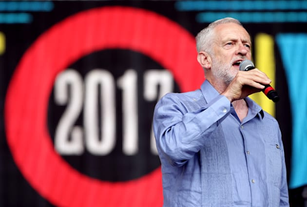 Jeremy Corbyn accolto come una rock star al Glastonbury Festival