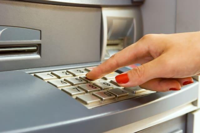 Un hackeo masivo en cajeros automáticos hace que expulsen billetes