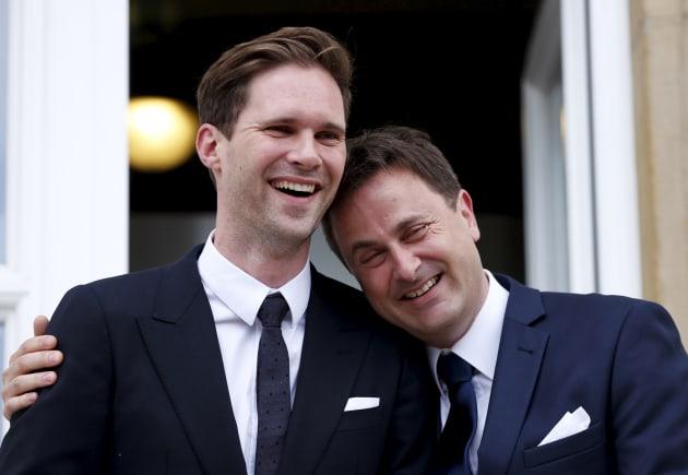 'Primeiro-marido' gay rouba cena entre mulheres na OTAN