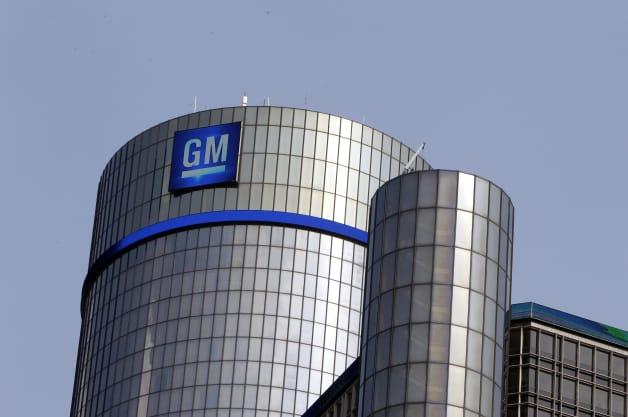 ARCHIV: Das Logo von General Motors und ein blaues Lichtband zieren das Renaissance Center in Detroit (Foto vom 08.06.11).