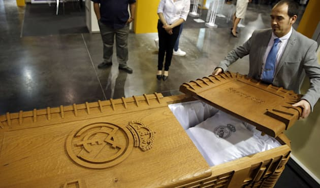 El ataúd del Real Madrid réplica del estadio Santiago Bernabéu The coffin of Real Madrid replica of the Santiago Bernabéu stadium