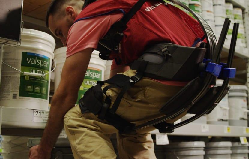 Händler rüstet Arbeiter mit mechanischen Exoskeletten aus