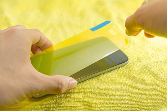 apply the smart phone screen protect