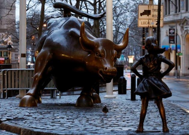 une fillette en bronze rejoint la c l bre statue du. Black Bedroom Furniture Sets. Home Design Ideas