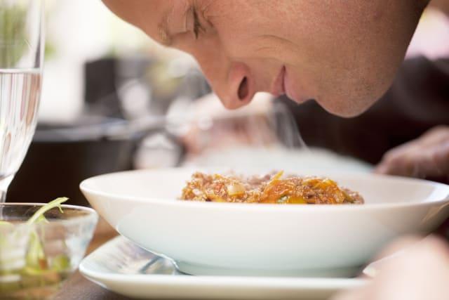 Un estudio demuestra que oler la comida ¡engorda!