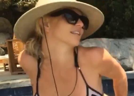 Britney Spears flaunts bikini body
