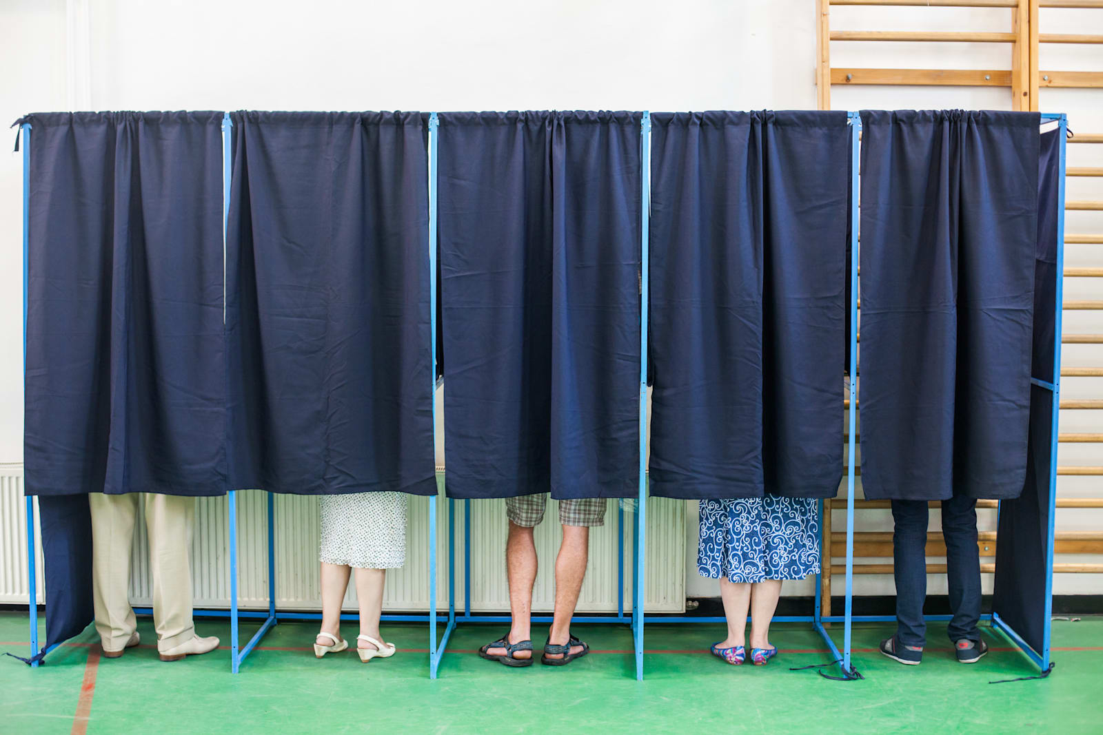people-voting-in-booths-picture-id619772