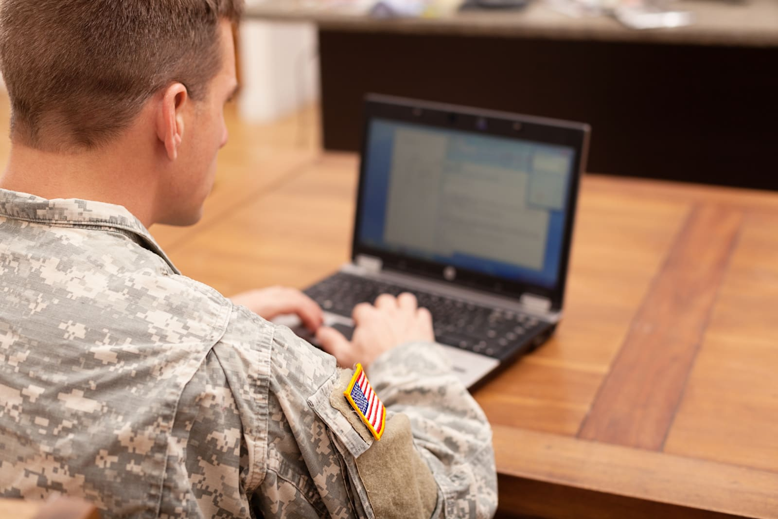 american-soldier-working-on-laptop-pictu