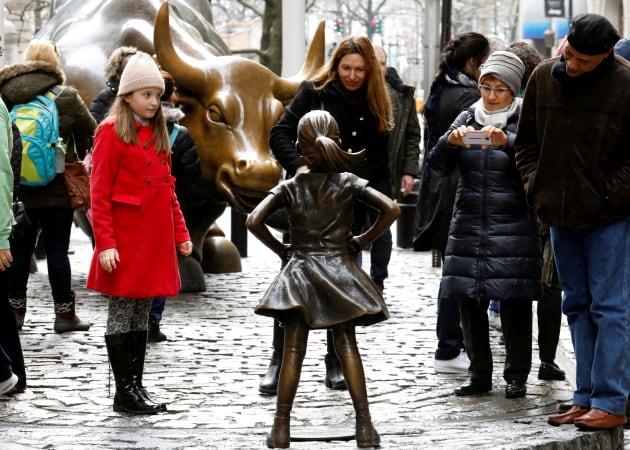 Une fillette pour dénoncer le manque de femmes à Wall Street