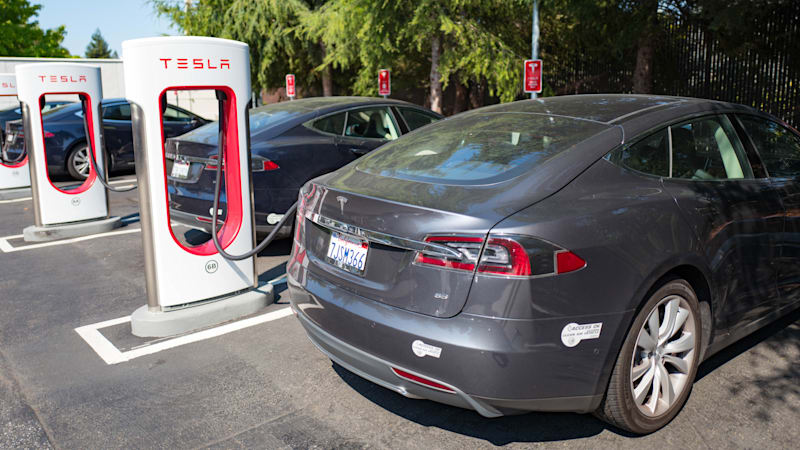 Tesla drivers can now see if Superchargers have open spots