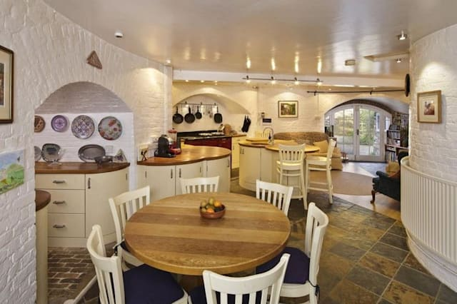 Would a circular room drive you round the bend aol uk for Q kitchen pontypridd