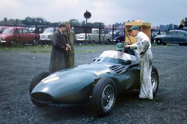 รถที่ชนะมาก่อนที่จะเริ่มต้นของ 1957 แกรนด์กรังปรีซ์ d'Europe ที่ Aintree นี้เป็นรถคันแรกของอังกฤษที่จะชนะ Formula 1 Grand Prix ในช่วงเริ่มต้นจะถูกขับเคลื่อนโดยโทนี่บรูคส์ แต่สองสามรอบในการแข่งขันไดรฟ์ที่ถูกยึดครองโดยสเตอร์ลิงมอสส์ (ที่มีรถได้พังทลายลงของตัวเอง)