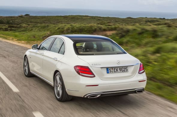 E350 e Exklusiv, designo diamantweiss, Nappa Nussbraun/Espressebraun E350e Exclusive, designo diamond white bright, nappa nut brown/espresso brownE 350 eKraftstoffverbrauch NEFZ kombiniert: 2,1 l/100 km*; CO₂-Emissionen kombiniert: 49 g/km*; Elektrischer Energieverbrauch NEFZ gewichtet (kWh/100 km):  11 kWh/100 km* (*vorläufig)Fuel consumption NEDC combined: 2.1 l /100 km*; combined CO₂ emissions: 49 g/km*; Electric power consumption NEDC, weighted: 11 kWh/100 km* (*preliminary)