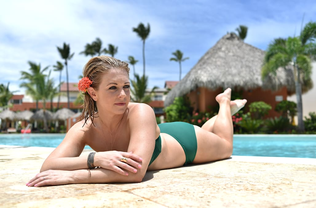 Melissa joan hart flaunts 40 lb weight loss on her 40th for European pool show