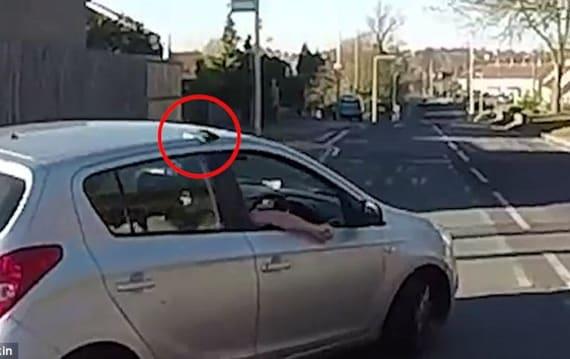 【ビデオ】無礼なドライバー、財布を届けてくれたバイカーからちょっとした制裁を受ける