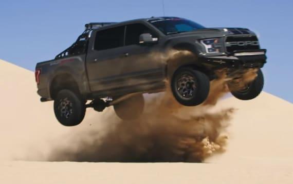 【ビデオ】525馬力の怪物ピックアップ・トラック、「シェルビー ラプター」が砂丘を駆け回る!