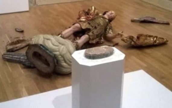 【悲劇】美術館で観光客が自撮りしようとしたら・・・18世紀の彫刻がとんでもないことに!