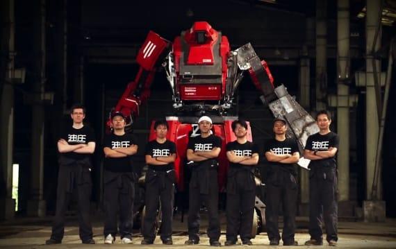 クラタスの左腕が大変貌!日米巨大ロボ対決予告編で両陣営が睨み合い。決戦の公開は明日、10月18日