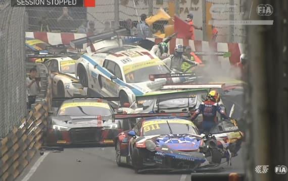 【ビデオ】マカオ・グランプリで、GTカー12台を巻き込む多重クラッシュと、モーターサイクルでは死亡事故が発生
