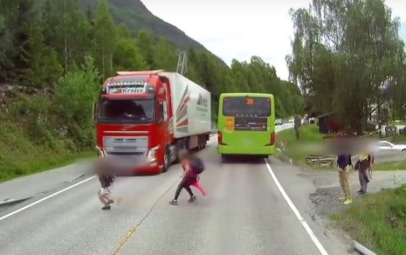 【ビデオ】間一髪! トラックの前に飛び出した子供を自動緊急ブレーキが救う!(追記あり:自動緊急ブレーキのお陰ではありませんでした)
