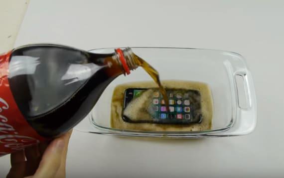 iPhone 7をコカコーラに浸けて12時間凍らすとどうなる!? ある実験動画が話題に