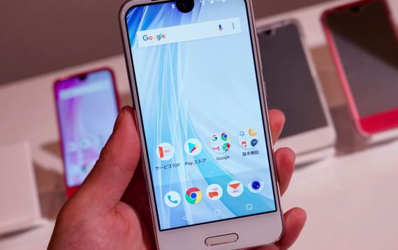 「上半分はiPhone X」なAQUOS R compact、auが12月22日発売決定