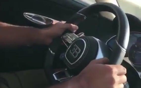【ビデオ】『トップギア』司会のクリス・ハリスが、ブガッティ「シロン」の驚異的な加速を体験!