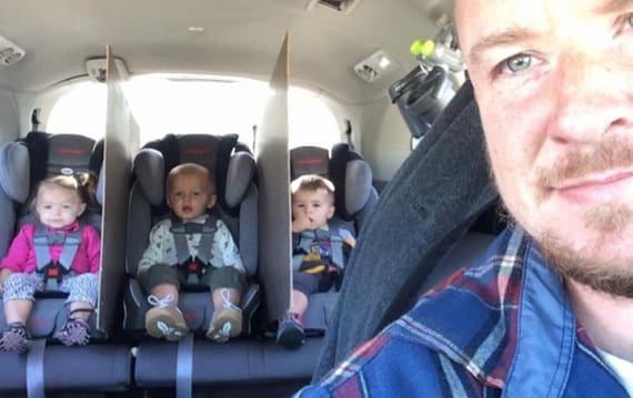車内の後部座席でケンカの絶えない三つ子に悩んだ父親が、画期的なアイデアで問題を解決!
