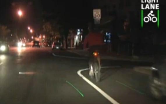 自転車用レーンが「発生する」レーザー付ライト LightLaneとは?(動画)