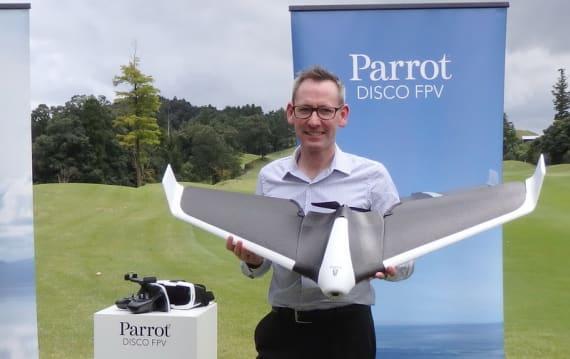 まるでステルス機のようなデザイン! VR飛行体験も可能な固定翼ドローン『Parrot Disco』まもなく登場!