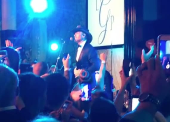 Country singer surprises wedding guests
