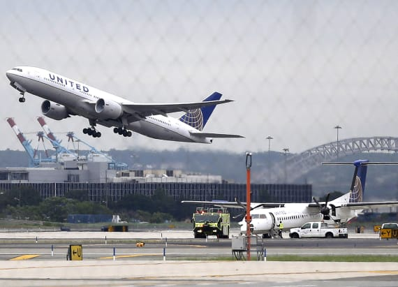 2 United Airlines pilots held on alcohol charge