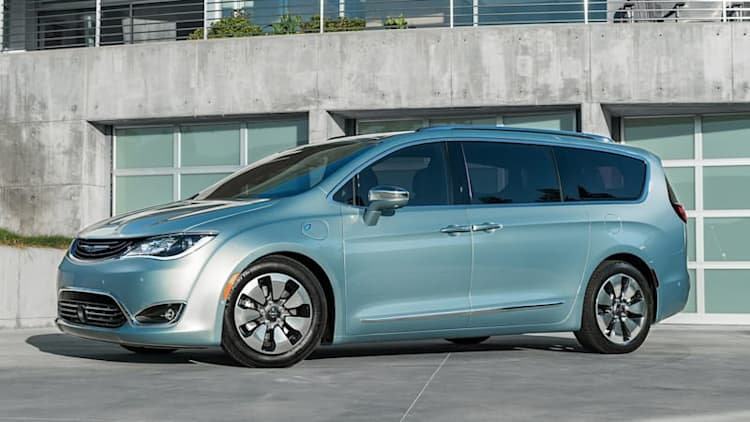 Chrysler touts Pacifica Plug-in minivan's lower emissions