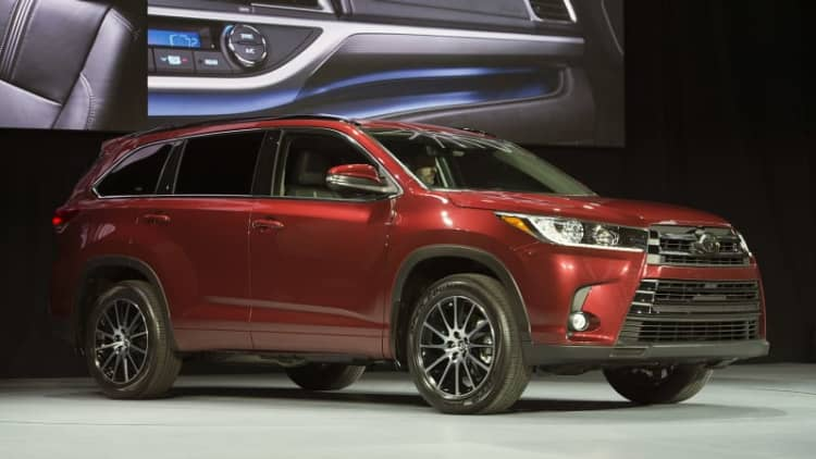 2017 Toyota Highlander shows updated face and powertrain
