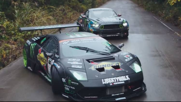 Ford Mustang challenges Lamborghini in amazing drift battle