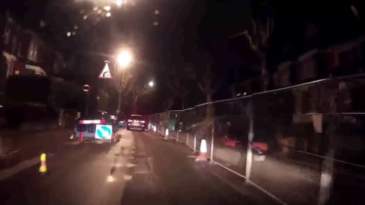 Dashcam catches oblivious car thief in the act