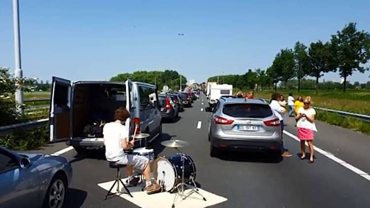 Drummer turns traffic jam into jam session