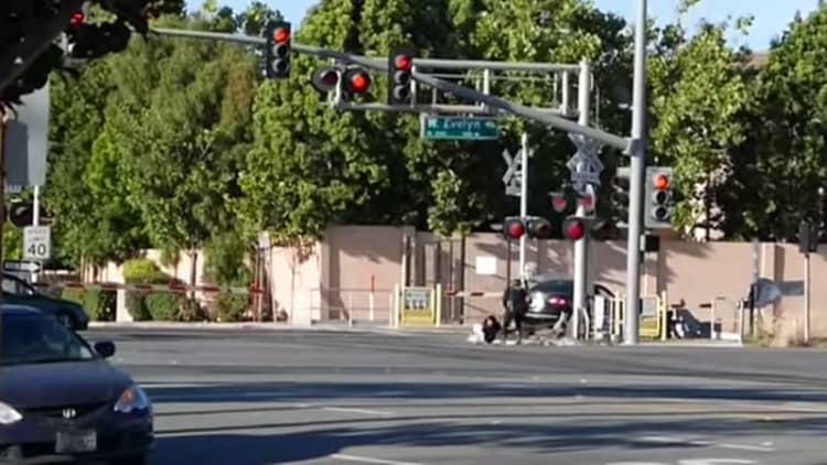 Cop saves driver moments before train hits car