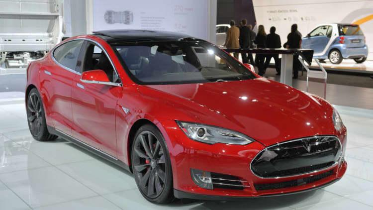 Feds investigate Tesla Autopilot fatality