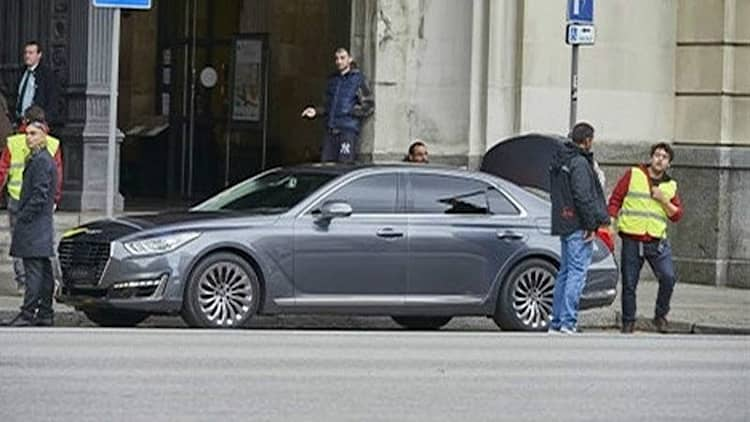 Hyundai's Genesis G90 caught totally uncovered