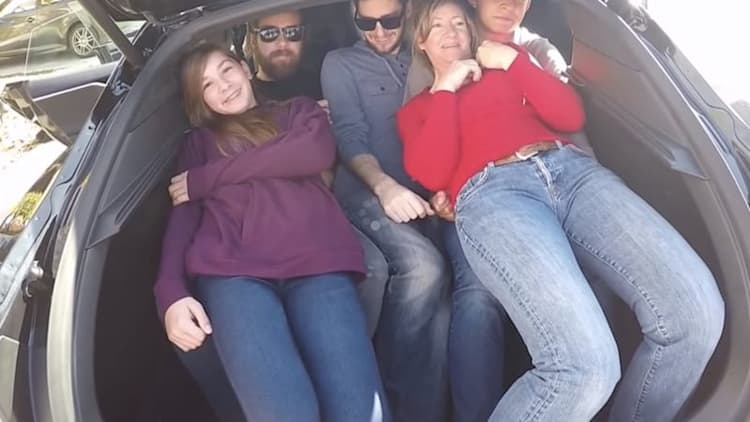 19 people turn a Tesla Model S into a fad telephone booth