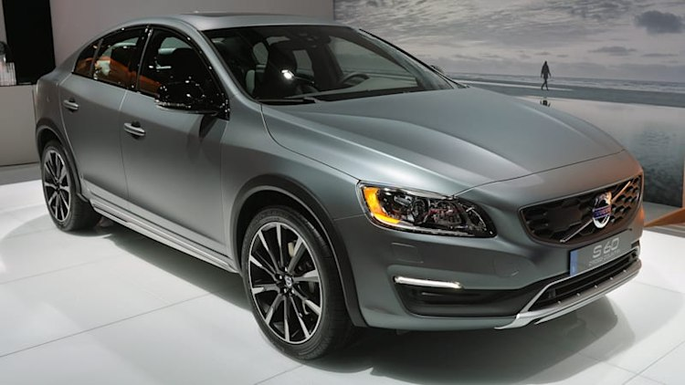 2015 Volvo S60 Cross Country lifts itself up in Detroit