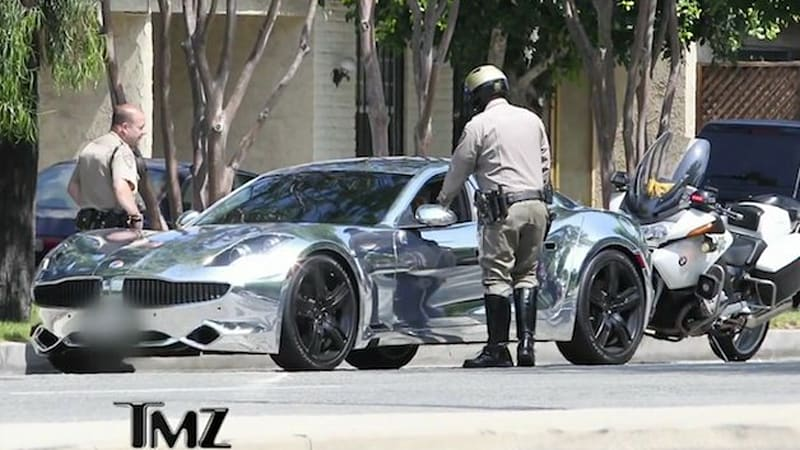 justin bieber pulled over in chrome fisker karma while running from paparazzi w video autoblog. Black Bedroom Furniture Sets. Home Design Ideas