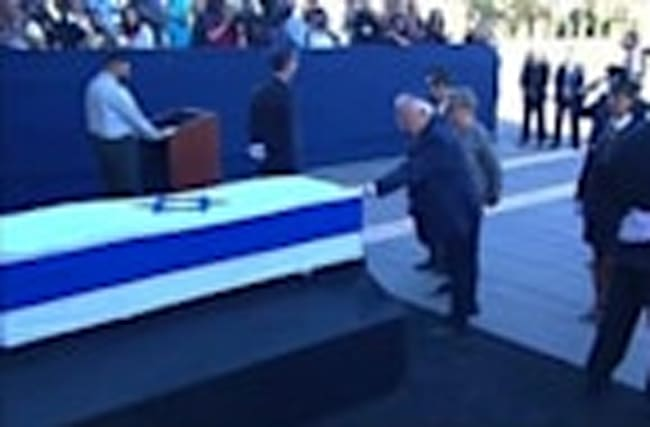 Peres coffin lies in state