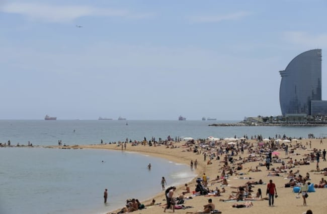 Barcelona passes law to curb tourist numbers