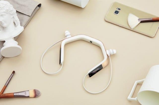 Estos auriculares con pantalla OLED llevan Alexa incorporado y pueden ser tuyos desde 79 dólares