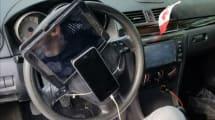 Pillan a un conductor con un iPad y un iPhone acoplados al volante