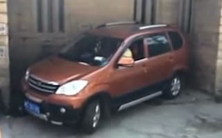Video: Chinese driver draws crowds with his skillful parking